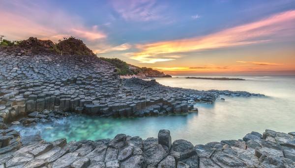 Batuan ini tersusun sangat simetris hingga dipercaya oleh masyarakat setempat dibangun oleh raksasa. Bebatuan ini masuk ke dalam situd Warisan Dunia UNESCO lho.
