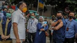Gubernur Jawa Barat Ridwan Kamil menunjukan lengannya yang telah di suntikan vaksin di Puskesmas Garuda, Bandung, Jawa Barat.