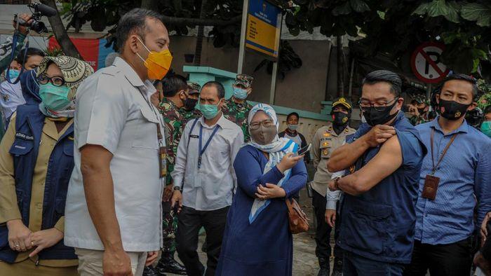 Gubernur Jawa Barat Ridwan Kamil menunjukan lengannya yang telah di suntikan vaksin, di Puskesmas Garuda, Bandung, Jawa Barat, Senin (14/9/2020). Gubernur Jabar Ridwan Kamil, bersama Kapolda Jabar Irjen Pol Rudy Sufahriadi, Pandam III Siliwangi Mayjen TNI Nugroho Budi Wiryanto dan Kepala Kejati Jabar Ade Eddy Adhyaksa menjalani uji klinis tahap tiga berupa penyuntikan vaksin COVID-19. ANTARA FOTO/Raisan Al Farisi/hp.