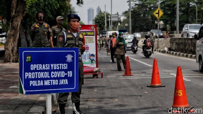 Petugas gabungan gelar Operasi Yustisi di Jakarta Utara. Kegiatan itu digelar serentak di kawasan Ibu Kota di hari pertama PSBB Jakarta diperketat