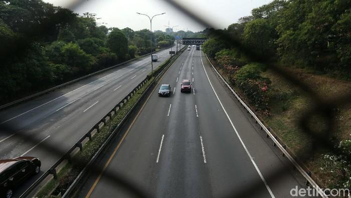 PSBB secara total kembali diterapkan di Ibu Kota Jakarta hari ini. Lalu lintas di Tol Jakarta Outer Ring Road yang biasanya macet, kini lancar.
