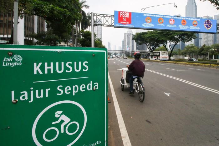 Warga melintas di Jalan Jenderal Sudirman, Jakarta, Senin (14/9/2020). Memasuki masa PSBB total, sebanyak 10 titik kawasan pesepeda di Jakarta ditiadakan. ANTARA FOTO/Rivan Awal Lingga/hp.