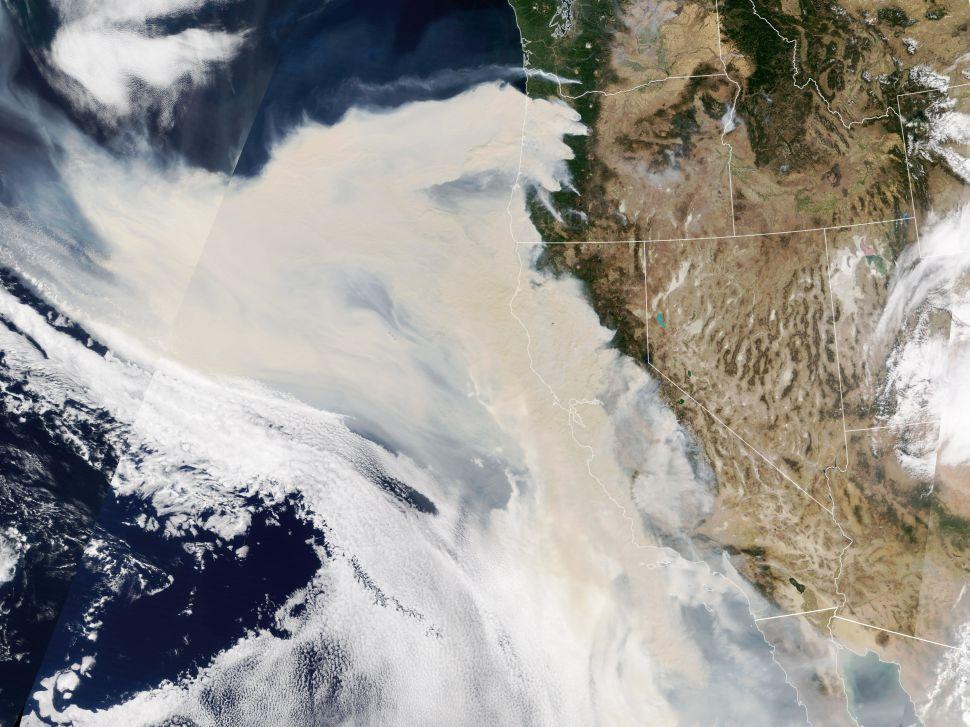 Kebakaran hutan di California ternyata lebih mengerikan. Sebab, asap akibat dari kebakaran ini yang mengepul ke udara, bisa dilihat dari jarak 1,5 juta km di luar angkasa.