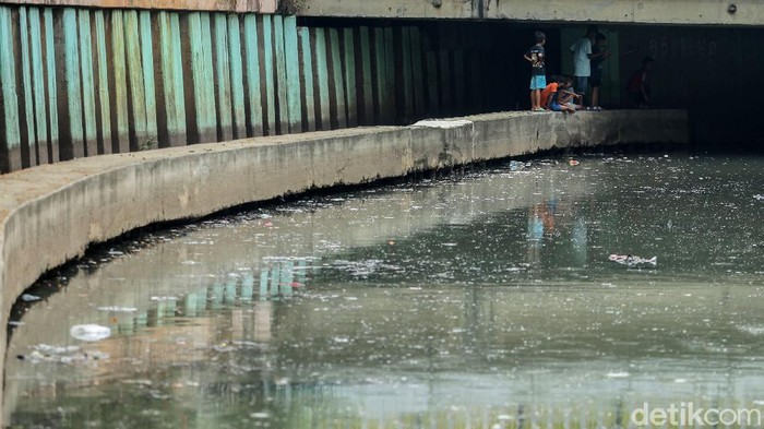 Ditutupnya sejumlah RPTRA membuat sejumlah anak-anak terpaksa memanfaatkan kolong jembatan untuk bermain. Salah satunya di kolong Jembatan Tanah Abang, Jakarta.