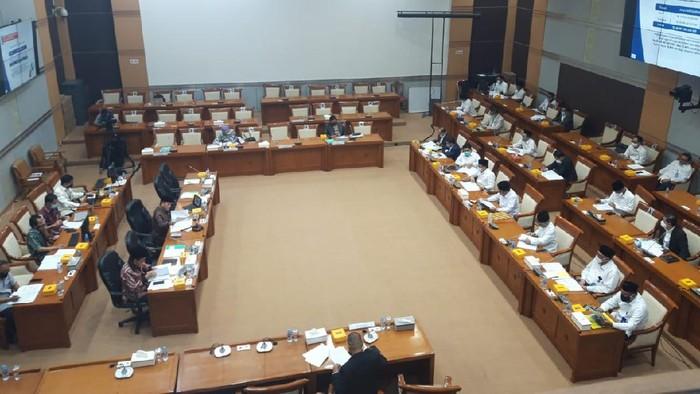 Komisi VIII DPR rapat bersama Menag Fachrul Razi guna membahas anggaran Kemenag di 2021, di gedung DPR, Jakarta, Senin (14/9/2020).