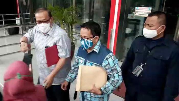 Mantan Wakil Menteri BUMN, Mahmuddin Yasin, dan mantan Kabiro Hukum Kementerian BUMN sekaligus Wakil Direktur PT Pelindo II, Hambra SH setelah diperiksa KPK.