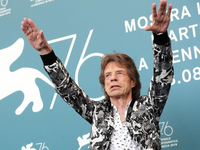 VENICE, ITALY - SEPTEMBER 07: (EDITORS NOTE: Retransmission with alternate crop.) Mick Jagger attends The Burnt Orange Heresy photocall during the 76th Venice Film Festival at Sala Grande on September 07, 2019 in Venice, Italy. (Photo by Vittorio Zunino Celotto/Getty Images)