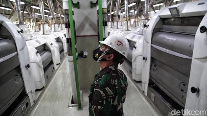 Penerapan protokol kesehatan pencegahan Corona dilakukan di berbagai sektor usaha di Indonesia. Lalu seperti apa penerapan protokol kesehatan di kawasan pabrik?
