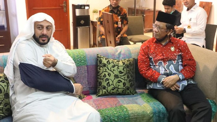 Menko Polhukam Mahfud Md menjenguk Syekh Ali Jaber yang jadi korban penusukan