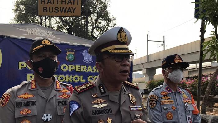 Operasi yustisi di hari pertama PSBB ketat di Pasar Jumat, Jaksel