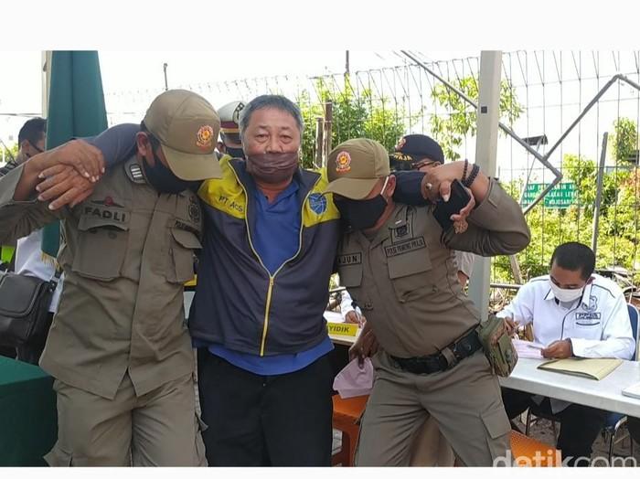 Seorang pelanggar dalam operasi yustisi di Sidoarjo didenda lebih besar yakni Rp 200 ribu. Sebab, ia tetap mengeyel ogah memakai masker saat terjaring.