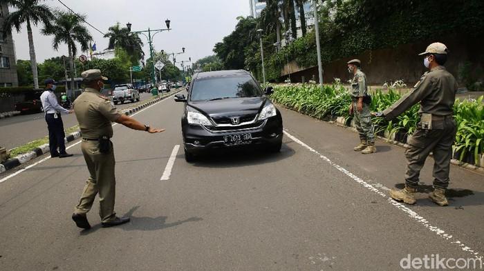 Operasi yustisi protokol kesehatan digelar di Jalan Imam Bonjol, Jakarta, Senin (14/9/2020). Di hari pertama PSBB ketat ini, aparat masih temukan warga tak bermasker saat berkendara.