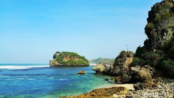 Pantai Watu Bolong terletak di Desa Banjarejo, Kapanewon Tanjungsari, Gunungkidul. Pengunjung cukup mengikuti arah Pantai Drini. Tepat di balik bukit Pantai Drini sebelah timur akan terlihat pantai mungil penuh batuan karang, itulah Pantai Watu Bolong.