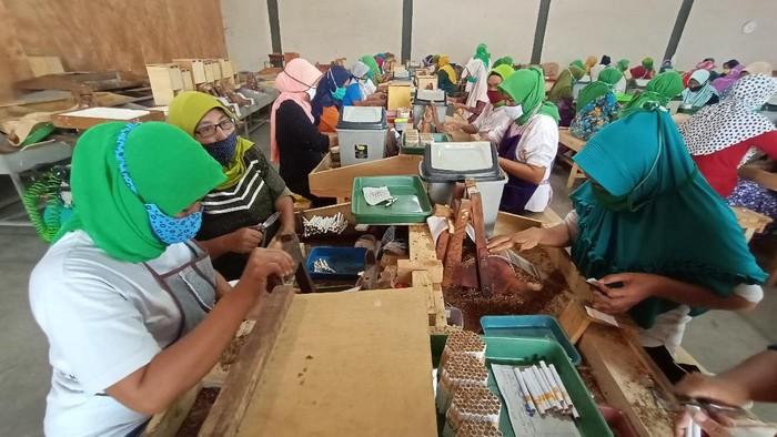 Para buruh rokok sigaret kretek tangan di lingkungan industri kecil Kudus