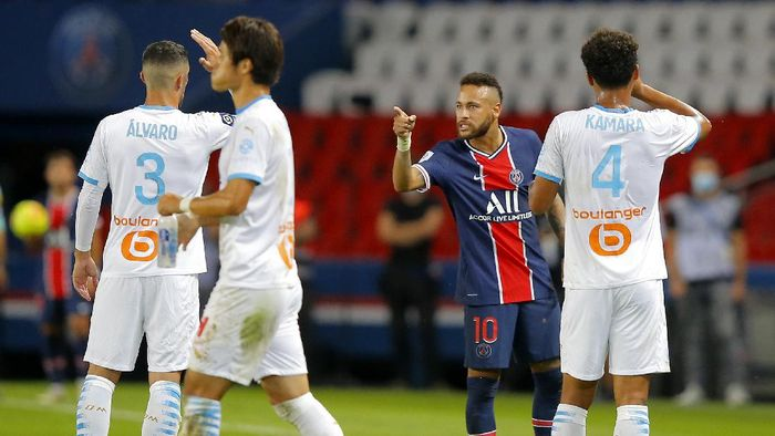 PSGs Neymar argues with Marseilles Alvaro, left, during the French League One soccer match between Paris Saint-Germain and Marseille at the Parc des Princes in Paris, France, Sunday, Sept.13, 2020. (AP Photo/Michel Euler)