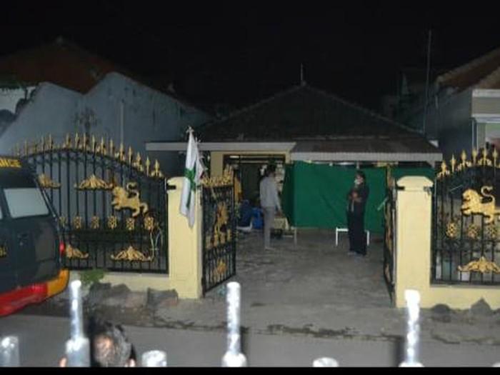 Yasah S (79) warga Desa Juwet Kenongo, Kecamatan Porong ditemukan tewas di rumahnya. Purnawirawan Polri ini menjadi korban pembunuhan keponakannya sendiri.