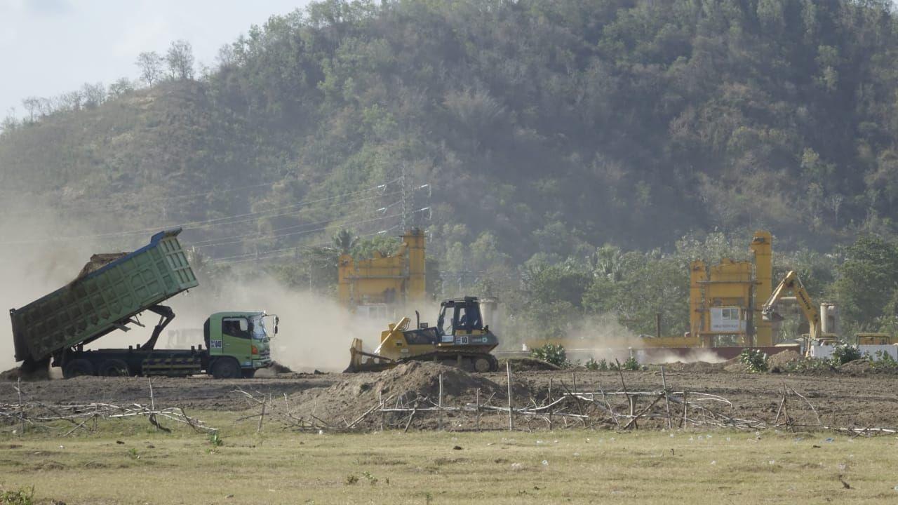 Pihak pemilik lahan di kawasan sirkuit MotoGP Mandalika dan polisi. (Faruk Nickyrawi/detikcom)