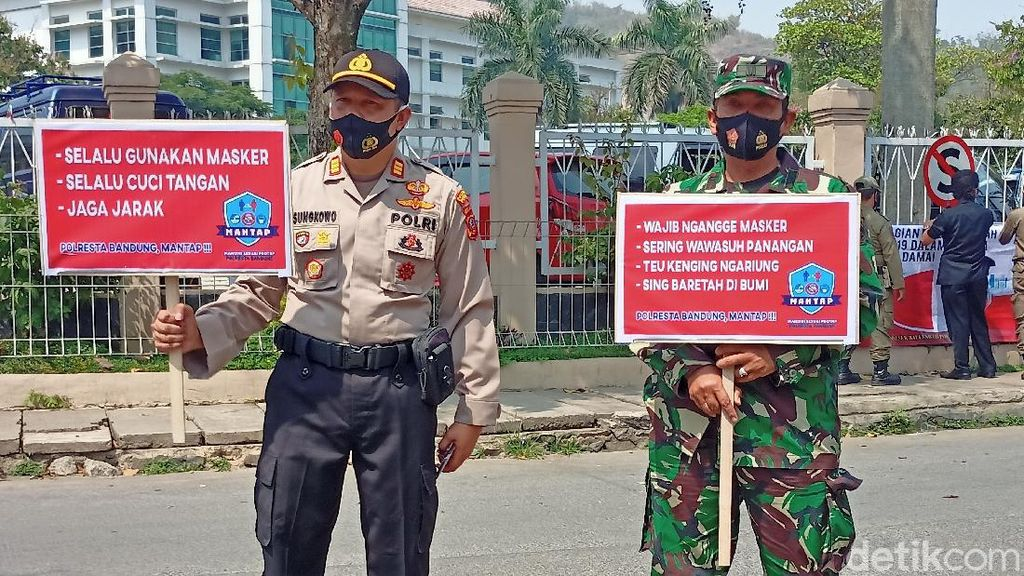 Tak Pakai Masker, Polisi Hukum Warga di Bandung Bacakan Pancasila
