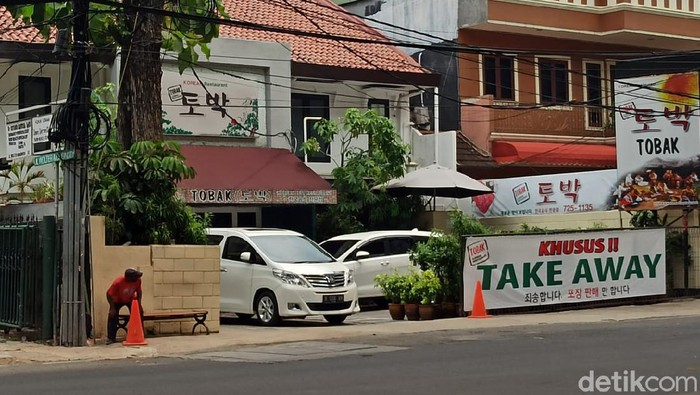 Situasi pusat perbelanjaan mal di tengah kota Jakarta tampak sepi saat hari pertama Pembatasan Sosial Berskala Besar (PSBB) diperketat. Begini penampakannya.