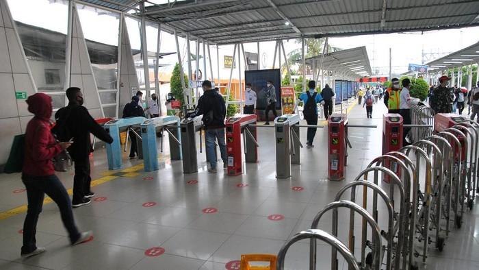 Sejumlah calon penumpang berjalan menuju KRL Commuter Line di Stasiun Bogor, Jawa Barat, Senin (14/9/2020). Hari pertama penerapan Pembatasan Sosial Berskala Besar (PSBB) Total di wilayah Jakarta, suasana penumpang KRL Commuter Line di Stasiun Bogor terlihat lengang serta kapasitas pengguna hanya 50 persen dengan membatasi setiap gerbongnya hanya dapat diisi 74 penumpang. ANTARA FOTO/Arif Firmansyah/wsj.