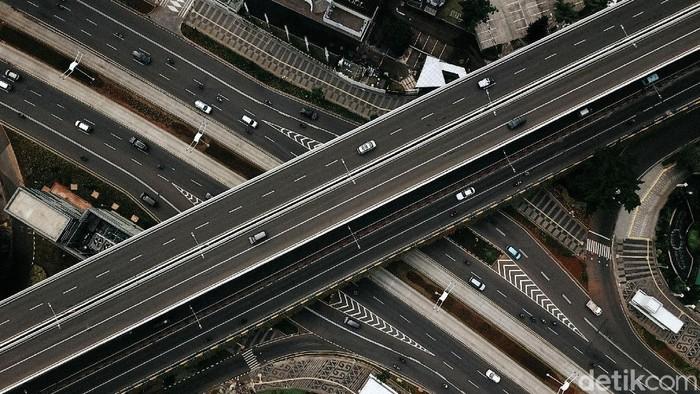 PSBB ketat di DKI Jakarta mulai diberlakukan hari ini hingga dua pekan ke depan. Arus lalu lintas di kawasan Jalan Sudirman pun lancar.