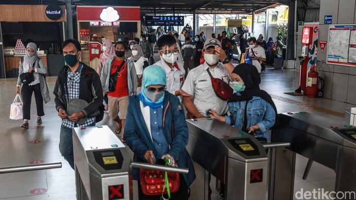Para penumpang kereta meninggalkan Stasiun Tanah Abang, Jakarta Pusat, Senin (14/9/2020). Hari ini merupakan hari pertama penerapan PSBB total di Jakarta.