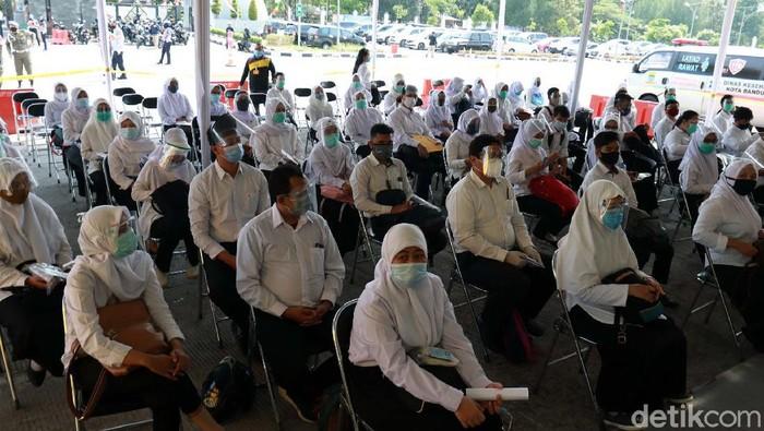 Ratusan CPNS mengikuti tes Seleksi Kompetensi Bidang (SKB) di Sport Center Arcamanik, Kota Bandung, Senin (14/9). Tes dilakukan dengan protokol kesehatan.