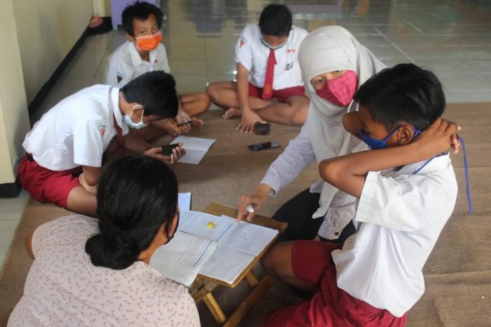 Wakil DPRD Surabaya Reni Astuti saat memantau pembelajaran daring di Balai RW