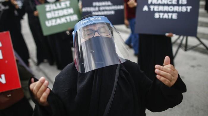 Ratusan warga Turkir menggelar aksi protes di Istanbul. Mereka mengecam majalah Charlie Hebdo yang menerbitkan ulang karikatur Nabi Muhammad SAW.