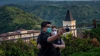 Pembukaan sejumlah tempat wisata ini di tengah kasus virus Corona yang terus meningkat di Filipina.