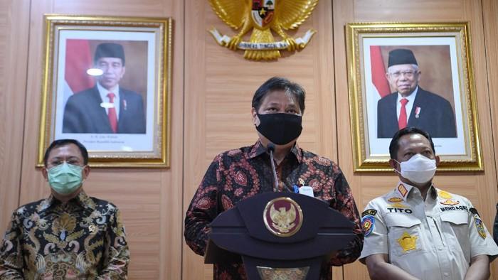 Menko Perekonomian Airlangga Hartarto (tengah) didampingi Menteri Dalam Negeri Tito Karnavian (kanan) dan Menteri Kesehatan Terawan Agus Putranto memberikan keterangan pers usai rapat koordinasi Komite Penanganan COVID-19 dan Pemulihan Ekonomi Nasional di Kemenko Perekonomian, Jakarta, Jumat (4/9/2020). Rakor tersebut membahas penanganan COVID-19 di Indonesia, salah satunya yakni Pemerintah telah menganggarkan Rp3,3 triliun untuk pembayaran uang muka pengadaan vaksin. ANTARA FOTO/Hafidz Mubarak A/wsj.