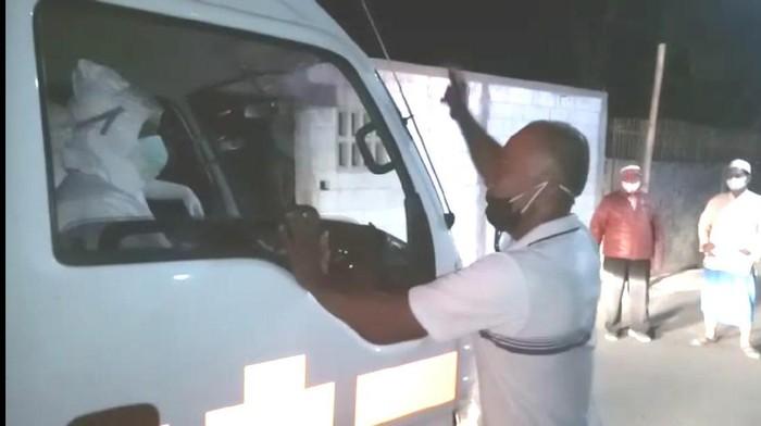 Video warga Madiun mengadang mobil jenazah yang diantar petugas berAPD beredar di aplikasi percakapan WhatsApp. Aksi pengadangan itu terjadi di Kecamatan Dolopo, Kabupaten Madiun.