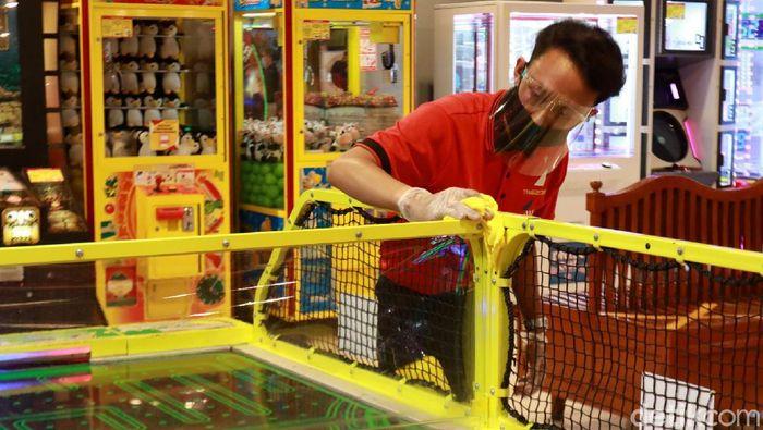 Pandemi COVID-19 membuat sejumlah tempat usaha menerapkan protokol kesehatan guna cegah Corona. Tak kecuali tempat bermain anak di Bandung.