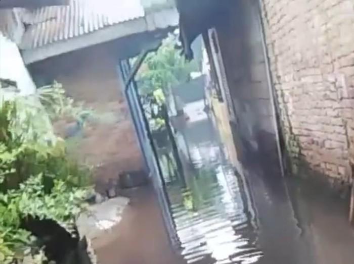 Banjir di permukiman sekitar Jalan Yos Sudarso, Medan (dok. Istimewa)