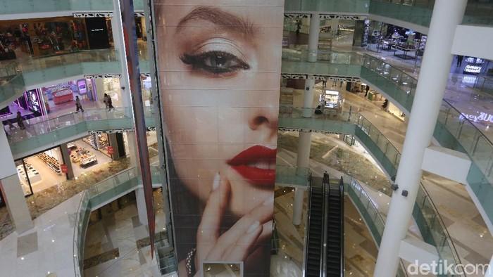 Pasar dan pusat perbelanjaan dapat beroperasi dengan menetapkan batasan kapasitas paling banyak 50 persen pengunjung. Begini penampakannya.