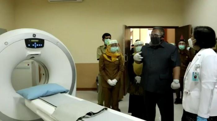 Bupati Sukabumi Marwan Hamami cek alat CT Scan di RSUD Palabuhanratu.