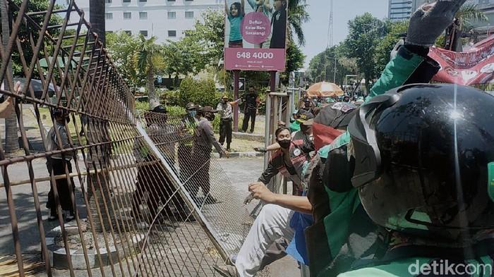 Ribuan driver ojol dari berbagai komunitas di Jawa timur menggelar demo di sejumlah titik di Surabaya. Mereka juga mendatangi kantor aplikator.