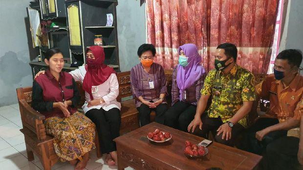 Dinas Kesehatan saat beraudiensi dengan keluarga yang bersalin di Puskesmas Pakis Aji