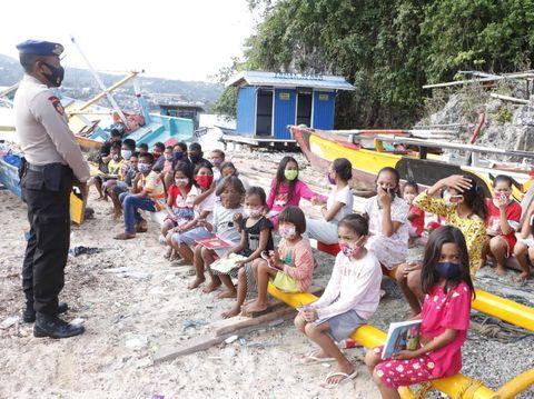 Ditpolairud Polda Papua menjadi tenaga pengajar di Pulau Kosong karena siswa SD-SMA tak bisa belajar daring (dok Polda Papua)