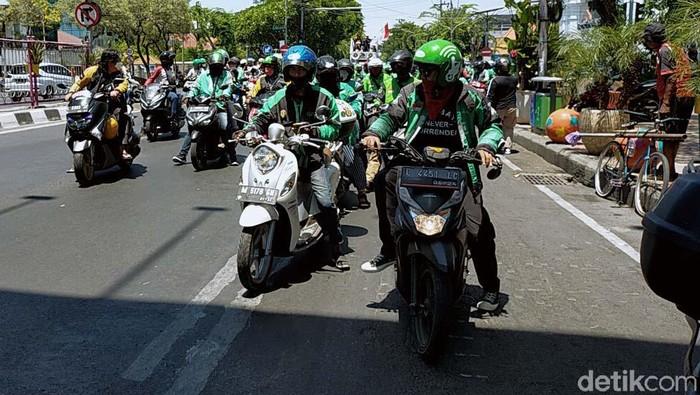 Ribuan driver Ojol dari berbagai komunitas di Jawa Timur gelar demo menolak pemotongan hasil orderan 20 persen oleh aplikator. Mereka merusak pagar kantor Grab.
