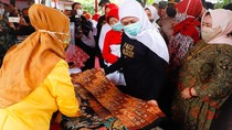 Tinjau Sentranya di Pamekasan, Khofifah Ajak Warga Bangga Pakai Batik