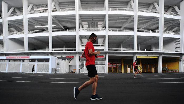 PSBB di Jakarta kembali diperketat guna menekan penyebaran virus Corona. Meski begitu sejumlah warga masih tampak berolahraga di Kompleks Gelora Bung Karno.