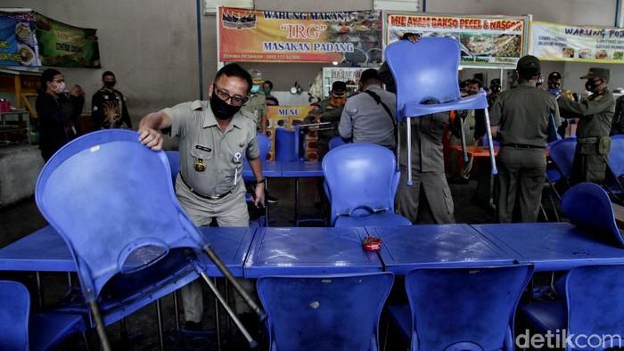 PSBB kembali diterapkan secara ketat di Jakarta. Selama penerapan PSBB ketat petugas gabungan gelar razia guna pastikan masyarakat mematuhi protokol kesehatan.