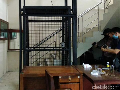 Lift yang berada di Kantor DPRD DIY jatuh akibat talinya putus hingga menyebabkan Ketua DPRD DIY Nuryadi patah tulang kaki, Selasa (15/9/2020).