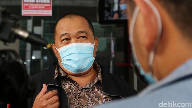 Masyarakat Anti Korupsi Indonesia (MAKI) mendatangi gedung KPK. Kedatangannya untuk beri bukti tambahan terkait pelanggaran kode etik Ketua KPK, Firli Bahuri.