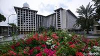 Taman dengan aneka bunga semakin mempercantik masjid terbesar di Asia Tenggara tersebut.