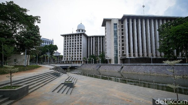 Kanal atau saluran air di kawasan masjid juga terlihat bersih.