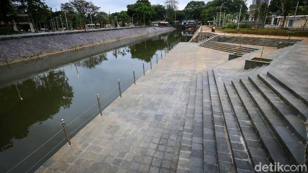 Bahkan di sisi sungai disediakan amphiteater untuk berbagai kegiatan pendukung.