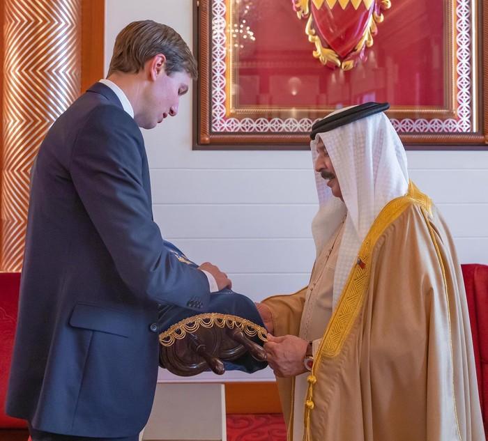 Menantu Donald Trump, Jared Kushner memberikan taurat kepada Raja Bahrain (Twitter @AviBerkow45)