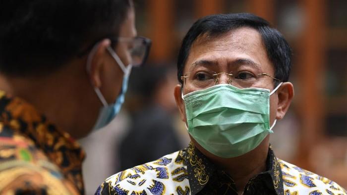 Menteri Kesehatan Terawan Agus Putranto (kanan) berbincang dengan anggota Komisi IX DPR sebelum mengikuti Rapat Dengar Pandapat di Kompleks Parlemen Senayan, Jakarta, Kamis (27/8/2020). RDP tersebut membahas efektivitas pengorganisasian dan penganggaran dalam penanganan COVID-19, termasuk perkembangan tentang uji vaksin untuk COVID-19. ANTARA FOTO/Puspa Perwitasari/nz